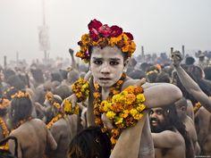 Momento de uma criança durante o Kumbh Mela que é o principal festival do hinduísmo, que ocorre quatro vezes a cada doze anos na Índia, alternando por quatro cidades: Allahabad, Ujjain, Nasik e Haridwar.
