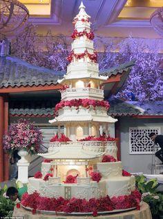 big wedding cakes This breathtaking Japanese pagoda cake has an astonishing nine tiers. It features intricat. Huge Wedding Cakes, Castle Wedding Cake, Extravagant Wedding Cakes, Luxury Wedding Cake, Amazing Wedding Cakes, Elegant Wedding Cakes, Wedding Cake Designs, Bali Wedding, Japanese Wedding Cakes