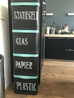 Een geweldige manier om afval te scheiden! Zelf opgeleukt met krijtstift teksten om aan te geven wat er in zit. 'Wil je met me scheiden?' Kitchen Organisation, Household Organization, Home Organization, Recycling Storage, Garbage Recycling, Hallway Storage, Locker Storage, House Cleaning Tips, Cleaning Hacks