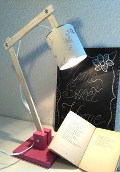 Lámpara escritorio tipo flexo. Hecha a mano. Handmade. Realizada con materiales reciclados en madera, lata y papel. By Little Pumpkins Inspiration.
