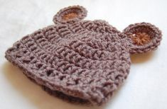 Free Crochet Baby Bear Hat Pattern, cooool Charlie has this hat! Crochet Bear Hat, Crochet Baby Hat Patterns, Crochet Motifs, Cute Crochet, Crochet For Kids, Crochet Dolls, Baby Patterns, Easy Crochet, Crochet 101