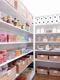 We all could use a little less clutter in our lives. Start your spring cleaning off right with these easy home organization tips. Whether it's a DIY pantry shelf makeover or a stylish entryway update, these home hacks are sure to please. Kitchen Organization Pantry, Home Organization Hacks, Organizing Ideas, Organized Kitchen, Kitchen Storage, Pantry Ideas, Closet Organization, Pantry Cabinets, Organising