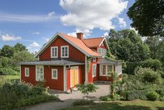 På husets vänstra sida finns huvudentrén. Swedish Cottage, Farm Cottage, Cottage Homes, My House, This Old House, Country Home Exteriors, Sweden House, Red Houses, House In Nature