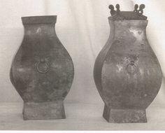 Coppia di vasi Hu quadrati con maschere T'ao-T'ieh e anelli. Dinastia Han 206AC . 220 DC, (restauro)