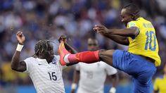 DE MUY CERCA. El jugador de Ecuador Walter Ayovi despeja la pelota frente al jugador de Francia Bacary Sagna. (AP Photo/Bernat Armangue)