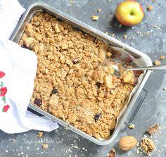 Appelcrumble, de 'all-time' favoriet van mij! In ieder geval sinds ik me kan herinneren. Lekker met slagroom of met ijs of met allebei…maar absoluut ook zonder. Het fruit kan ook iets anders zijn dan appels, wat mij betreft, zolang de crumble, crumble is: knapperige stukjes zoet deeg. De... Foods With Gluten, I Foods, Foodies, Nom Nom, Sweet Tooth, Oatmeal, Sweet Treats, Brunch, Food And Drink