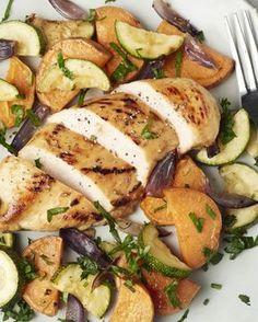 Een lekker stukje kip en een bord vol geroosterde groentjes, dat wordt een heerlijke gezonde en kleurrijke maaltijd!