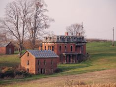 abandoned mansions == The Mudhouse Mansion in Ohio. What a cool house and haunted! Sadly, it was demolished in Sept 2015