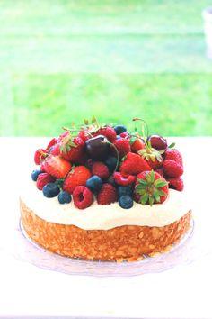 Mandeltårta med färska bär – Fika Hos Maja Sweet Recipes, Tart, Bakery, Cheesecake, Desserts, Food, Princess, Kitchen, Homemade Cakes