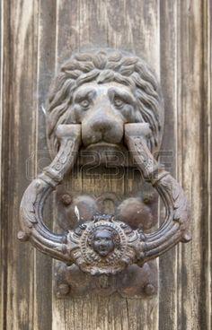 Heurtoir sur un vieux heurtoir de porte en bois en forme de lion