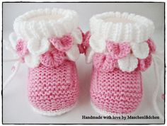 This Pin was discovered by jan Knit Baby Shoes, Baby Boots, Baby Knitting Patterns, Crochet Baby, Knit Crochet, Knitted Booties, Tartan Pattern, Baby Slippers, Baby Shoes