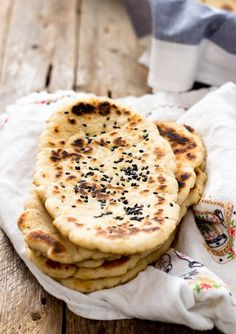 This pillowy gluten-free soft naan is the best gf flatbread I've ever had. You can use it to scoop other foods, such as sauce or dips, like you would do in an authentic Indian restaurant. Gluten Free Baking, Gluten Free Recipes, Vegetarian Recipes, Fast Recipes, Vegan Vegetarian, Gluten Free Flatbread, Recipes With Naan Bread, Naan Recipe, Vegan Bread