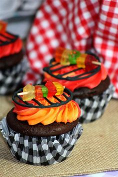 BBQ Shish~Kabob Cupcakes recipe for making this adorable cupcake BBQ with darling Shish~Kabobs on the grill Elegante Cupcakes, Cake Cookies, Cookies Et Biscuits, Cupcake Recipes, Dessert Recipes, Cupcake Ideas, Tolle Cupcakes, Bbq Cake, Shish Kabobs