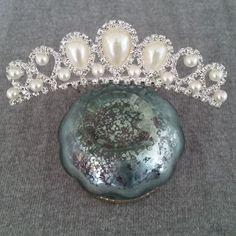 http://www.ikbensieraden.nl/bruiloft-sieraden-kopen/bruidssieraden-haar-sieraden-bruiloft-tiara-veren-met-inmitatie-parels-en-steentjes