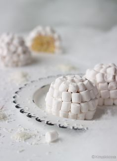 Isoista valkoisista vaahtokarkeista voi loihtia kakulle iglu-lookin, mutta saman ajatuksen voi toteuttaa myös pikkuruisista vaahtiksista minikokoisille muffinsseille. Cereal, Convenience Store, Breakfast, Sweet, Convinience Store, Morning Coffee, Candy, Corn Flakes, Breakfast Cereal