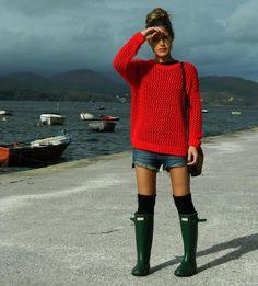 Hunter boots vertes + chandail rouge