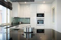 Yksinkertaisen tyylikäs Puustelli-keittiö