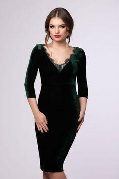 Catifeaua verde smarald trebuie sa se regaseasca in garderoba festiva a fiecarei femei, toamna aceasta. Pentru momente de neuitat, alege rochia midi conica Sandra, intr-o superba nuanta de verde smarald. Insertiile de dantela de la nivelul bustului ii adauga un plus de eleganta, transformand rochia de catifea intr-o tinuta ideala pentru ocaziile speciale. Poart-o in combinatie cu accesorii in tonuri aurii sau neutre, si lasa-te admirata.