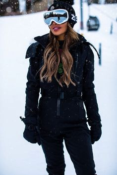 Louis Vuitton Combat Boots, Mode Au Ski, Cute Snow Boots, Apres Ski Outfits, Patent Leather Leggings, Snow Outfit, Red Leggings, Ski Wear, Fall Winter Outfits