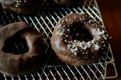RAW チョコドーナツ このドーナッツは白砂糖も小麦粉も使わないグルテンフリーのロースイーツ。つまり。Guilty-Free。タヒニ(白ごまペースト)とココナッツオイルとカカオとメープルシロップで作るチョコレートソース