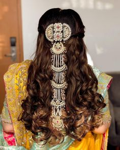 How To Adorn Open Bridal Hair For Your Intimate Wedding Ceremonies! Indian Bridal Hairstyles, Braided Hairstyles, Wedding Hairstyles, Cool Hairstyles, Fashion Hairstyles, Intimate Wedding Ceremony, Wedding Ceremonies, Bridal Braids, Bouncy Curls