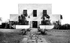 Entrada principal da casa modernista da rua Santa Cruz, vila Mariana.  Gregori Warchavchik
