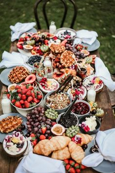 How To Throw The Perfect Dinner Party brunch buffet Breakfast And Brunch, Breakfast Platter, Breakfast Catering, Dessert Platter, Breakfast Fruit, Wedding Breakfast, Brunch Wedding, Appetizer Table Display, Tumblr Breakfast