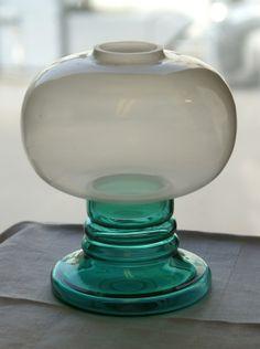 Stor og vakker lyslykt i to deler fra Hadeland- APRIL- design Willy Johanson- i meget bra stand. H= 19 cm.....Dia= 15 cm.....Vekt- 750 gr.