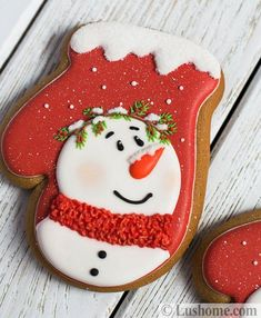 Creative design ideas and traditional Christmas colors turn delicious treats into beautiful holiday decorations Cute Christmas Cookies, Snowman Cookies, Iced Cookies, Christmas Sweets, Noel Christmas, Holiday Cookies, Cupcake Cookies, Christmas Baking, Cupcakes