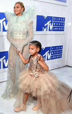 Beyonce Knowles Carter and daughter Blue Ivy❤️❤️ so so cute love you Beyoncé I loved it when I came to your consent it was the best