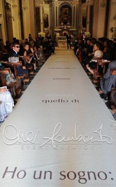 White carpet personalizzato con dedica d'amore per l'arrivo della sposa in chiesa. | Cira Lombardo Wedding Planner