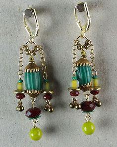 Vintage Ohrringe aus New York: Glasperlen aus Afrika und aus den fünfziger und sechziger Jahren mit kleinen Messinganhängern aus den sechziger Jahren. Material: vergoldetes Silber.