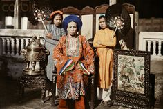 1931, Hue, Vietnam --- A princess of Hue is fanned by her maids - Bà Chúa Nhất, hoàng trưởng nữ của vua Dục Đức, chị cả của vua Thành Thái    Trong hình này công chúa Mỹ Lương tức bà Chúa Nhất đã 59 tuổi (bà sinh năm 1872, vua Thành Thái em bà sinh 1879). Image by © W. Robert Moore/National Geographic Society/Corbis