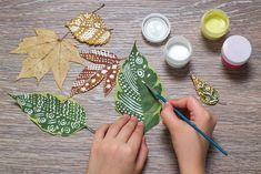 Create personalized leaf bookmarks. Diy Crafts For Kids, Arts And Crafts, Paper Crafts, Quick Crafts, Craft Ideas, Nature Crafts, Spring Crafts, Craft Gifts, Diy Gifts