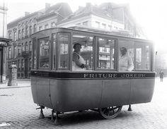 'Frietkot'over de St. Paulusplaats Antwerpen rond 1930.