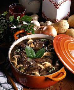 Les mijotés....une cuisine réconfortante pour l'hiver.  Cette cuisine conviviale est des plus populaires et s'avère économique, puisqu'on peut utiliser des pièces de viande de deuxième catégorie qui prendront leur saveur ettendreté après une cuisson prolongée.