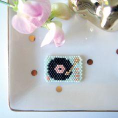 Le tissage de perles, ou brick stitch, est la nouvelle coqueluche des créatives ! Petits éléments de décoration, bijoux, pendeloques, les usages sont multiples et les possibilités infinies. Quatre blogueuses talentueuses vous font découvrir leur univers à travers de nombreuses créations faciles à reproduire.