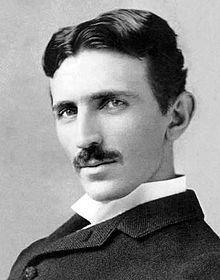 10. Juli 1856. Nikola Tesla wird geboren Nikola Tesla (serbisch-kyrillischНикола Тесла, * 10. Juli 1856 in Smiljan, Kroatische Militärgrenze, Kaisertum Österreich; † 7. Januar 1943 in New York, USA) war ein Erfinder, Physiker und Elektroingenieur. Sein Lebenswerk ist geprägt durch zahlreiche Neuerungen auf dem Gebiet der Elektrotechnik, insbesondere der elektrischen Energietechnik, wie die Entwicklung des heute als Zweiphasenwechselstrom bezeichneten Systems zur elektrischen…