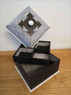 la boite de Micheline. Une belle boite mansard noire et blanche.