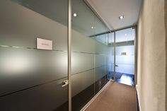 Studio Brusaterra Gattuso si è occupata della realizzazione di rivestimenti a parete con doghe fresate e forate nelle aree comuni come reception e sala d'attesa. Fornitura dell'arredamento. #uffici #workspaces #arredo #arredamento #desing #rivestimenti #studio #porte #interiordesing #interior