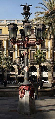 Farolas. Gaudí. Fue uno de sus primeros trabajos en el año 1879, después de titularse como arquitecto y de haber colaborado como delineante con Josep Fontserè en la reja de entrada del Parque de la Ciudadela, siendo ésta la razón por la que recibió el encargo municipal para el alumbrado público.