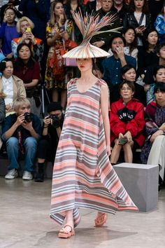 Issey Miyake Spring 2020 Ready-to-Wear Fashion Show - Vogue Catwalk Collection, Fashion Show Collection, Issey Miyake, Vogue Paris, Modern Fashion, Vintage Fashion, Japanese Fashion, Runway Fashion, Girl Fashion