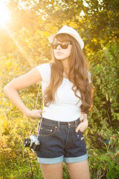 Look intemporel t-shirt blanc et short #vintage en #jean, par Dollyjessy.  #Levis #Fashion #FashionBlog #Retro #Photography #GoldenHour #Girl #Woman #Sun #Summer #Style #SunGlasses #Canon #Camera