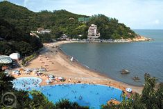 Cheoc van Beach on Coloane island in Macau is one of Macau's famous beaches. I want to go swimming and get a tan there with my travel companion.