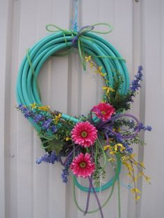 Made a wreath out of a hose. who would have thought a hose would look so good? Summer Wreath, Spring Wreaths, Christmas Wreaths, Mesh Wreaths, Wreaths For Front Door, Honey Do Shower, Garden Hose Wreath, Flea Market Gardening, Arts And Crafts