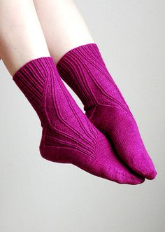 IgnorantBliss worked these beautiful socks project of The Portland Gussets by Yarnissima Loom Knitting, Knitting Stitches, Knitting Designs, Knitting Socks, Hand Knitting, Knitting Patterns, Knitted Slippers, Wool Socks, Knit Stockings