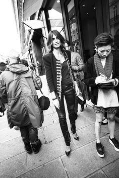 Cazadora Balmain y pitillos de cuero. Perfect! Street style en Paris Fashion Week