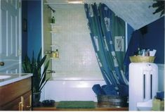 Help, I don't know how to do a shower curtain on my attic bath . Help, I don't know how to do a shower curtain on my attic bath Chez Lar. Ceiling Curtains, Hanging Curtains, Shower Curtains, Slanted Walls, Slanted Ceiling, Sloped Ceiling Bathroom, Shower Rod, Attic Renovation, Upstairs Bathrooms
