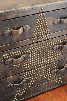 I love this cool leather trunk/dresser! Paint leather effect on old dresser, save handles from old luggage, attach studs. Repurposed Furniture, Cool Furniture, Painted Furniture, Western Decor, Rustic Decor, Western Rooms, Western Bedding, Furniture Projects, Furniture Makeover