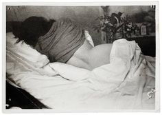 An infinite time lying in bed because of an accident that broke him, among others, the column, Frida Kahlo began painting as well, lying and transposing to the screen their pain.